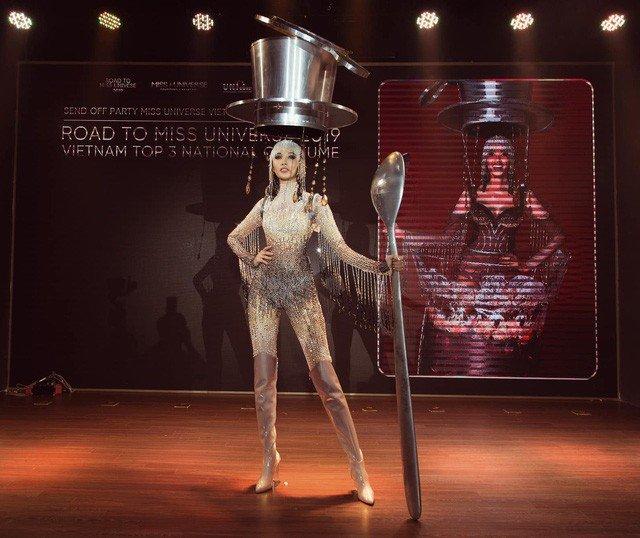 Hoàng Thùy chính thức trình diễn trang phục dân tộc Cafe phin sữa đá tại Miss Universe 2019-6