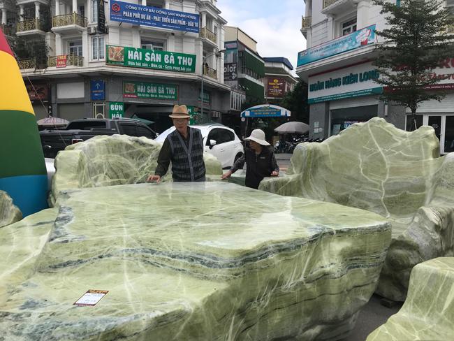 Chiêm ngưỡng bộ bàn ghế bằng ngọc nặng 25 tấn, có giá gần 3 tỷ đồng-3