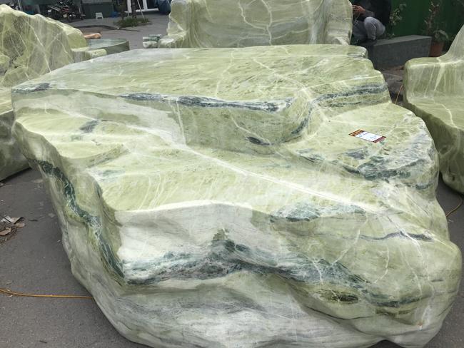 Chiêm ngưỡng bộ bàn ghế bằng ngọc nặng 25 tấn, có giá gần 3 tỷ đồng-6