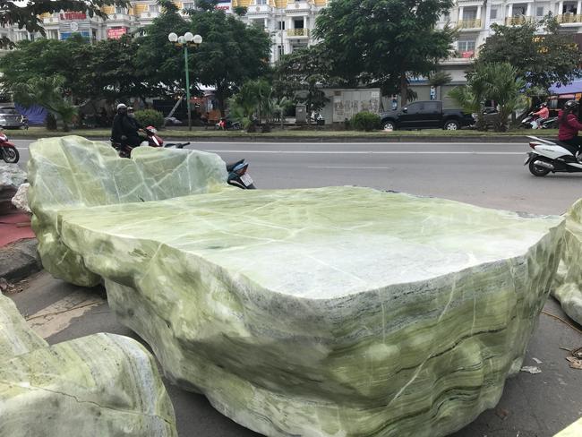 Chiêm ngưỡng bộ bàn ghế bằng ngọc nặng 25 tấn, có giá gần 3 tỷ đồng-7