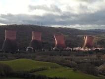 Tòa tháp cao 120 m của nhà máy điện Anh sụp đổ trong vài giây