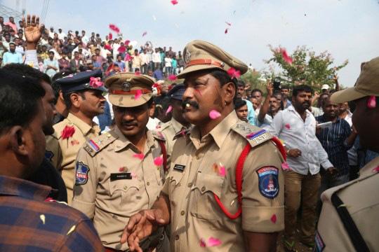 Vụ nữ bác sĩ bị cưỡng hiếp, đốt xác: Cảnh sát nổ súng giết chết 4 nghi phạm cố tình bỏ trốn, 300 người dân tung hoa vui mừng tại hiện trường-3
