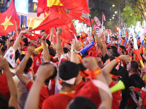 Biển người hò reo vang dội sau mưa bàn thắng của U22 Việt Nam, sẵn sàng ăn mừng cho tấm vé vàng vào chung kết Sea Games