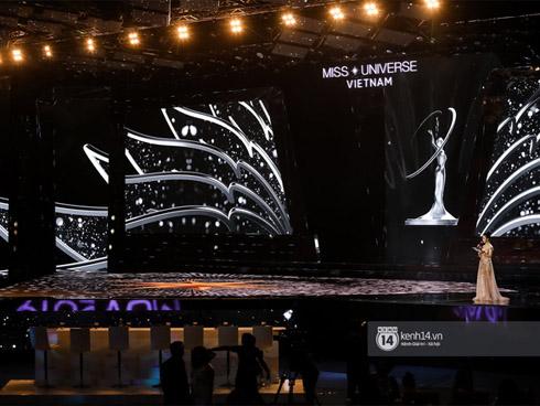 Trực tiếp chung kết Hoa hậu Hoàn vũ 2019: Sân khấu cực đẹp sáng đèn, 44 thí sinh chuẩn bị trình diễn mở màn!