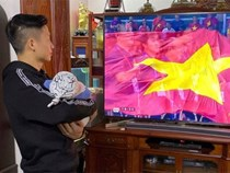 Bùi Tiến Dũng tay bế con, mắt dán vào màn hình: Hội trưởng hội bố bỉm vượt khó xem bóng mùa Sea Game đây rồi!