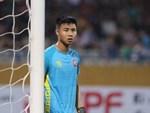 Pha bóng rất quái của Văn Toản khiến cầu thủ Campuchia nhận thẻ vàng-1