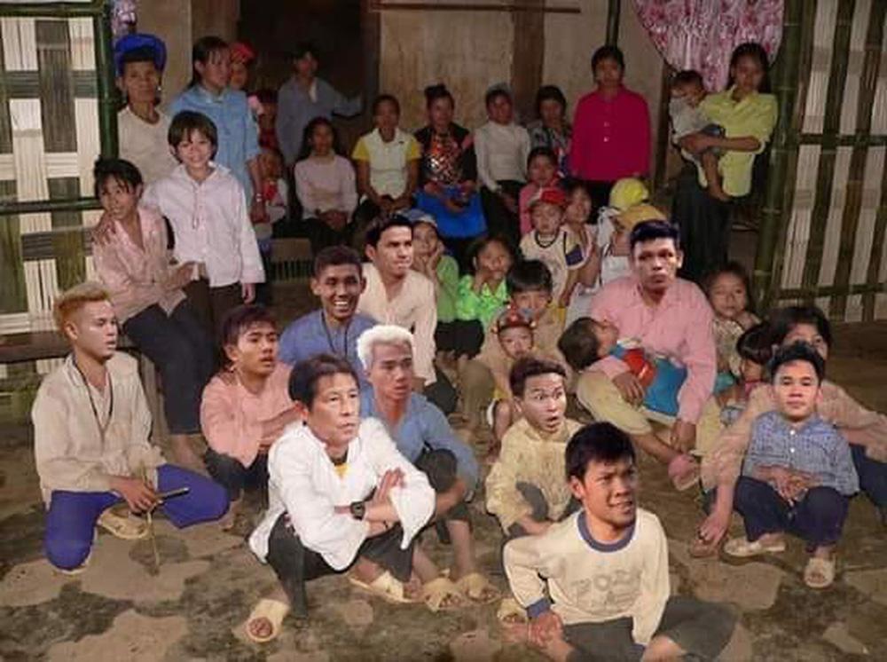Cười bể bụng xem ảnh chế Đức Chinh nhấc bổng Campuchia-5