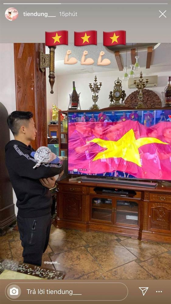 Bùi Tiến Dũng tay bế con, mắt dán vào màn hình: Hội trưởng hội bố bỉm vượt khó xem bóng mùa Sea Game đây rồi!-1
