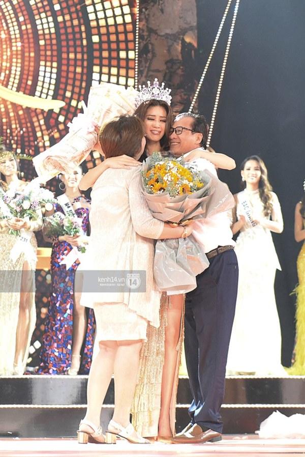 Khoảnh khắc xúc động khi đăng quang Tân Hoa hậu Hoàn vũ 2019: Khánh Vân bé nhỏ trong vòng tay của ba mẹ-1
