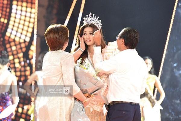Khoảnh khắc xúc động khi đăng quang Tân Hoa hậu Hoàn vũ 2019: Khánh Vân bé nhỏ trong vòng tay của ba mẹ-2