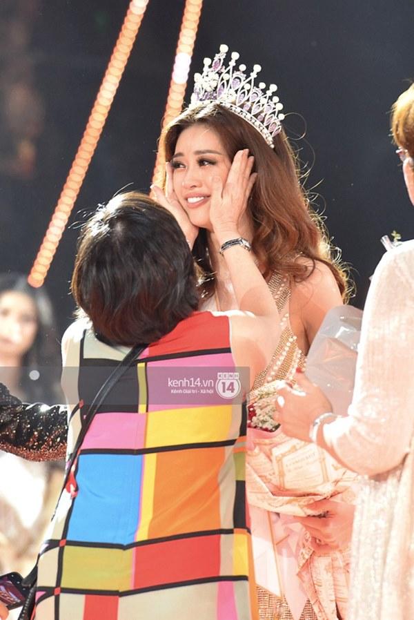 Khoảnh khắc xúc động khi đăng quang Tân Hoa hậu Hoàn vũ 2019: Khánh Vân bé nhỏ trong vòng tay của ba mẹ-3