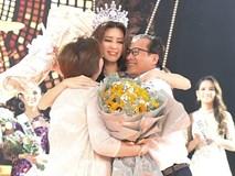 Khoảnh khắc xúc động khi đăng quang Tân Hoa hậu Hoàn vũ 2019: Khánh Vân bé nhỏ trong vòng tay của ba mẹ