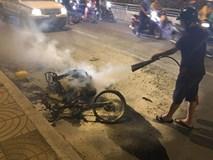 TP.HCM: Xe máy cháy trơ khung khi đi