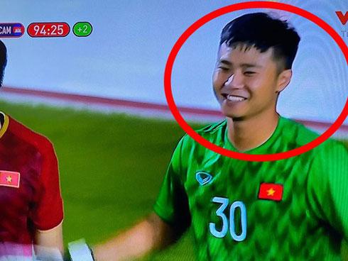 Hình ảnh Văn Toản cản phá penalty thành công được chia sẻ chóng mặt, nụ cười của anh là điểm nhấn đặc biệt