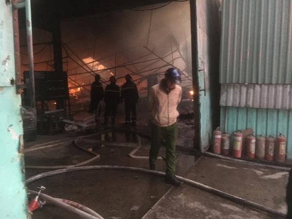 Đốt rác, công ty gỗ rộng hàng ngàn m2 trong khu công nghiệp bị thiêu rụi lúc rạng sáng-2