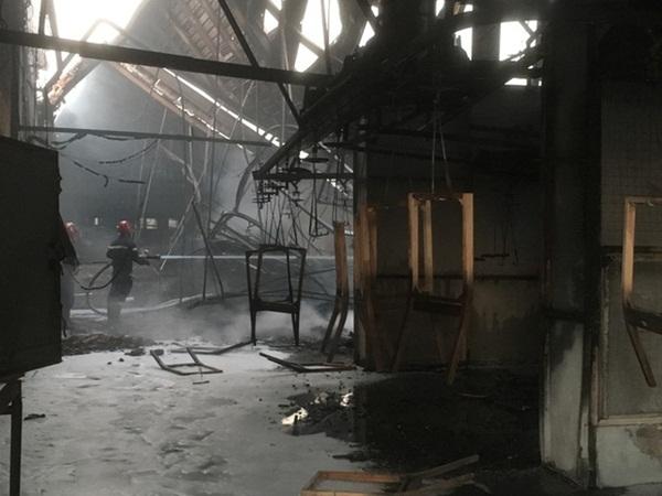 Đốt rác, công ty gỗ rộng hàng ngàn m2 trong khu công nghiệp bị thiêu rụi lúc rạng sáng-3