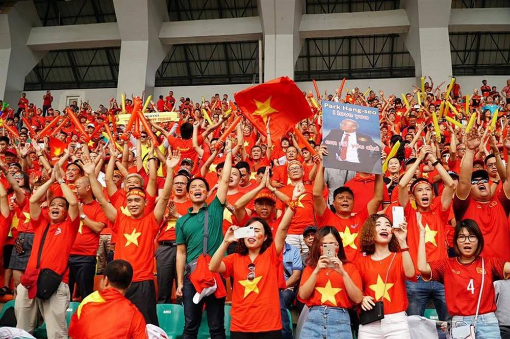 Nửa đêm, hàng ngàn người đòi đi Philippines, cháy tour cổ vũ đội tuyển-2