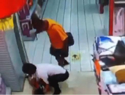 Khoảnh khắc vui vẻ ngắn ngủi của 2 bố con ở siêu thị trước khi tai nạn ập đến khiến đứa trẻ hứng chịu hậu quả bằng cả mạng sống-1