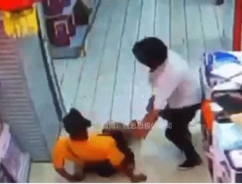 Khoảnh khắc vui vẻ ngắn ngủi của 2 bố con ở siêu thị trước khi tai nạn ập đến khiến đứa trẻ hứng chịu hậu quả bằng cả mạng sống-2