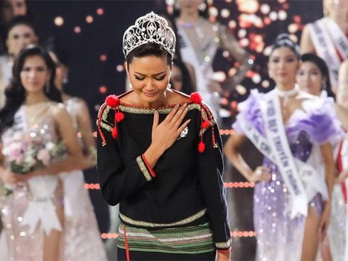 Mỹ nhân thế giới và dàn sao Vbiz xúc động trước màn final walk đặc biệt của HHen Niê: Mộc mạc đến kì diệu!