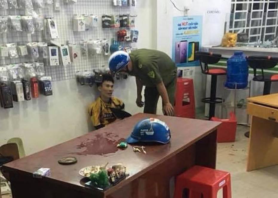 Chủ tiệm điện thoại bất ngờ bị chém nhiều nhát khi đang xem trận U22 Việt Nam - Campuchia-3