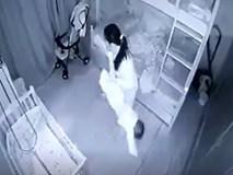 """Lạnh người với lý do người giúp việc """"cầm chân dốc ngược"""" bé gái 1 tuổi ở Nghệ An"""