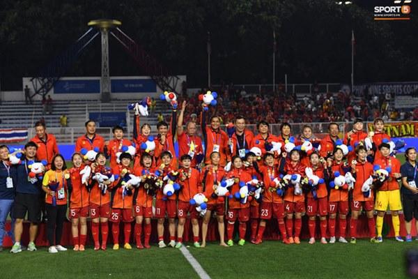 Tuyển nữ Việt Nam ăn mừng đầy cảm xúc sau khi đánh bại Thái Lan, khẳng định vị thế số 1 Đông Nam Á-10