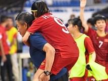 Xót xa đội trưởng tuyển nữ Việt Nam gục ngã đau đớn, phải nhờ bác sĩ cõng ra khỏi sân khi đồng đội ăn mừng huy chương vàng SEA Games