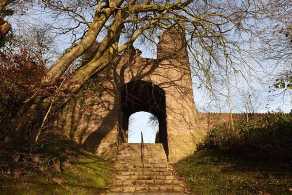 Đi khám phá lâu đài cổ, cặp đôi hoảng hồn khi phát hiện ra một chi tiết kỳ dị trong bức ảnh chụp trên bậc cầu thang-3