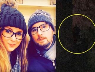 Đi khám phá lâu đài cổ, cặp đôi hoảng hồn khi phát hiện ra một chi tiết kỳ dị trong bức ảnh chụp trên bậc cầu thang