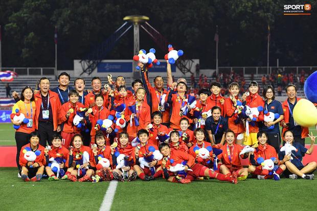Tuyển nữ Việt Nam huỷ lịch bay, ở lại cổ vũ trận chung kết bóng đá nam SEA Games 30-1