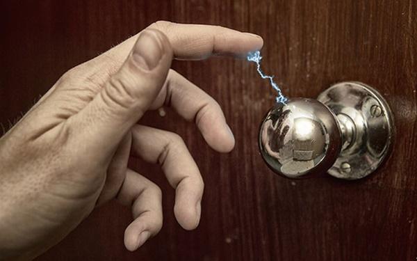 Cứ vào mùa đông là có hiện tượng điện giật tanh tách khi chạm vào đồ vật kim loại: Hóa ra đây là nguyên nhân!-3
