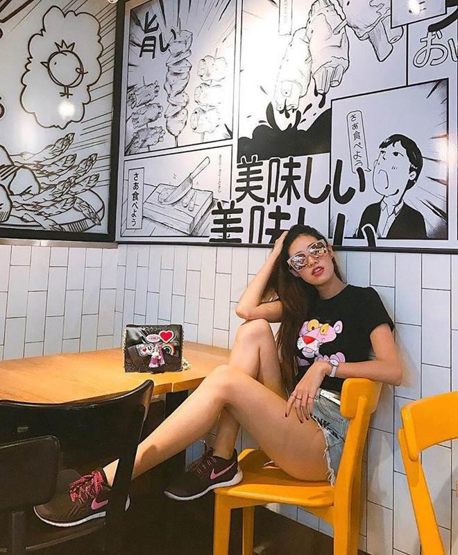 Ăn mặc cá tính hết phần thiên hạ, Hoa hậu Khánh Vân còn mê xài túi hiệu chẳng kém ai-13