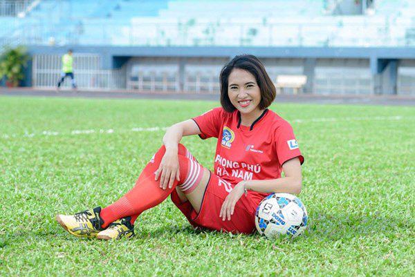 Quyết liệt trên sân cỏ, ai ngờ 3 gương mặt khả ái của đội tuyển bóng đá nữ Việt Nam lại có những hình ảnh ngoài đời mềm mại như thế này-13