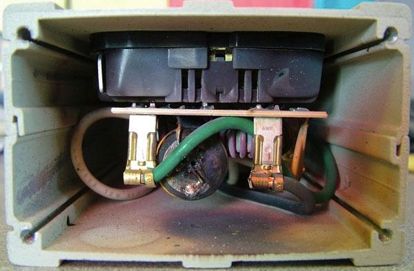 Nên thay ngay ổ cắm chống tăng điện áp trong nhà vì lý do an toàn này-1
