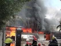 Cháy lớn kinh hoàng tại xưởng gỗ, cột khói cao hàng chục mét nằm sát cơ sở gas