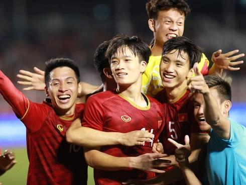U22 Việt Nam vs Indonesia: Quang Hải khởi động cùng đồng đội