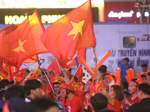 Không khí cả nước lúc này: Đường phố rộn ràng sắc đỏ, hàng triệu CĐV quyết cháy hết mình cổ vũ U22 Việt Nam