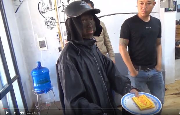 Sự thật clip tóm gọn nhóm người mặt đen, cầm đầu gà xúc xích đi xin tiền: Người đàn ông thừa nhận dàn dựng để câu view-1