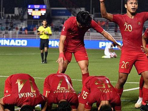 Cầu thủ U22 Indonesia troll cực mạnh: Phát bóng bắt đầu trận đấu trong khi đồng đội vẫn đang quỳ gối cầu nguyện giữa sân - kết quả xổ số đồng tháp