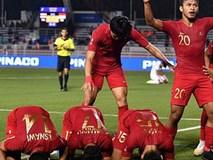 Cầu thủ U22 Indonesia troll cực mạnh: Phát bóng bắt đầu trận đấu trong khi đồng đội vẫn đang quỳ gối cầu nguyện giữa sân