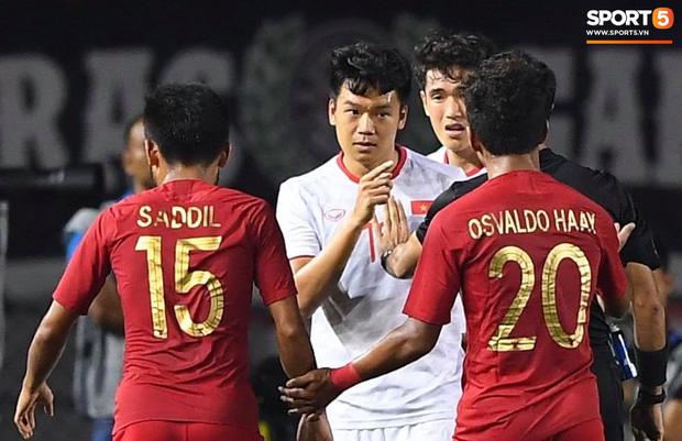 Cổ động viên Indonesia giơ ngón tay thối, hướng về phía ban huấn luyện của U22 Việt Nam khi thầy Park chỉ đạo-7