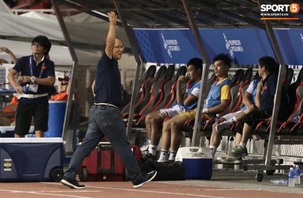 Cổ động viên Indonesia giơ ngón tay thối, hướng về phía ban huấn luyện của U22 Việt Nam khi thầy Park chỉ đạo-5