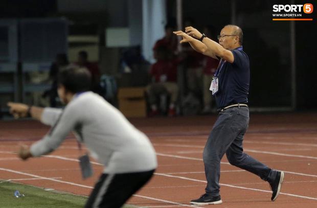 Cổ động viên Indonesia giơ ngón tay thối, hướng về phía ban huấn luyện của U22 Việt Nam khi thầy Park chỉ đạo-1