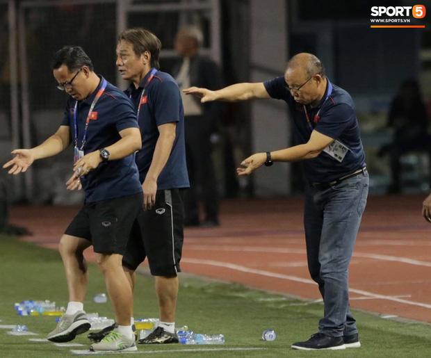Cổ động viên Indonesia giơ ngón tay thối, hướng về phía ban huấn luyện của U22 Việt Nam khi thầy Park chỉ đạo-2