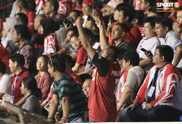 Cổ động viên Indonesia giơ ngón tay thối, hướng về phía ban huấn luyện của U22 Việt Nam khi thầy Park chỉ đạo-3