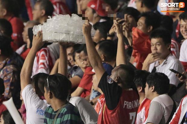 Cổ động viên Indonesia giơ ngón tay thối, hướng về phía ban huấn luyện của U22 Việt Nam khi thầy Park chỉ đạo-4