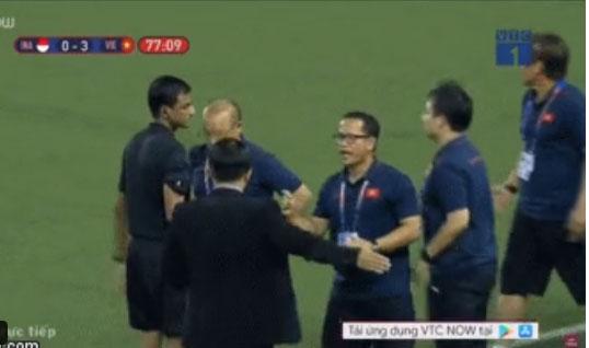 HLV Park Hang-seo giận tím người, nhận thẻ đỏ trong trận chung kết SEA Games 30 sau màn cãi tay đôi cực gắt với trọng tài-2