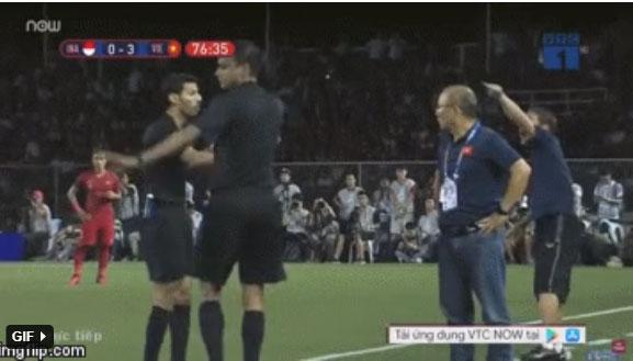 HLV Park Hang-seo giận tím người, nhận thẻ đỏ trong trận chung kết SEA Games 30 sau màn cãi tay đôi cực gắt với trọng tài-3