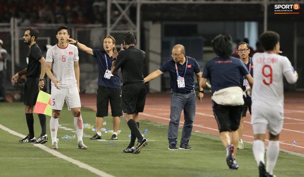 HLV Park Hang-seo quát thẳng mặt bác sĩ U22 Việt Nam vì chưa kịp sơ cứu cho Văn Hậu-1